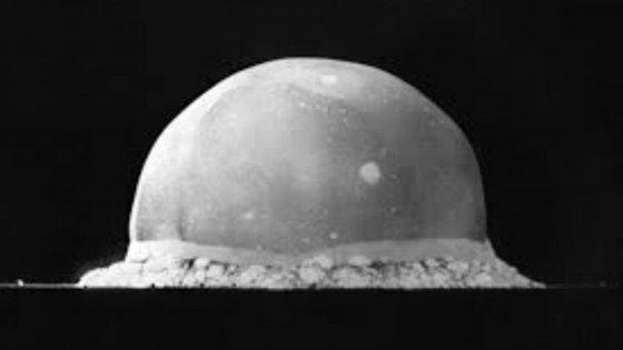 Na zona da explosão criou-se uma cratera de cerca de três metros de profundidade e 330 de largura