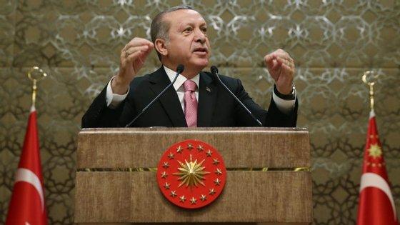 O anúncio foi feito pelo primeiro-ministro, Numan Kurtulmus, que confirmou a data do referendo sobre a revisão da Constituição