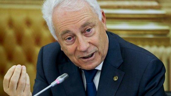 SIC avançou que Carlos Costa, governador do Banco de Portugal, colocou a sua assinatura no rosto do documento, confirmando que o recebera