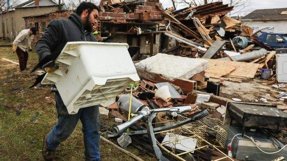 Mais de uma centena de casas foram destruídas pelo fenómeno meteorológico que avança atualmente em direção à costa leste dos Estados Unidos