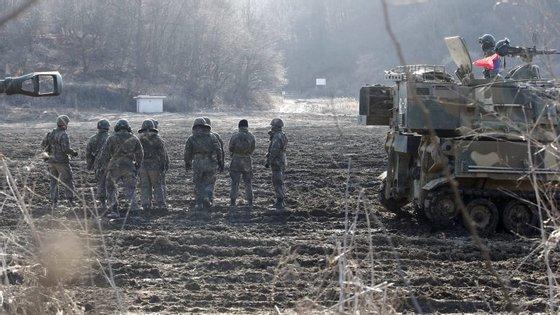 A Coreia do Sul e Washington iniciaram na quarta-feira exercícios anuais conjuntos, manobras que a Pyongyang considera um ensaio de invasão à Coreia do Norte
