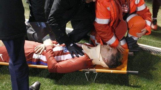 O momento em que Torres sai do relvado em maca, já desperto