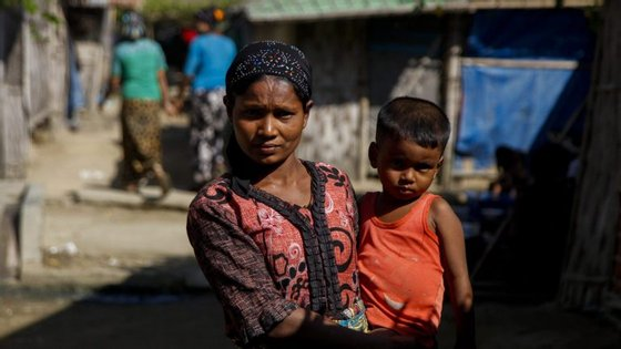 Pelo menos 73.000 rohingya fugiram para o Bangladesh na sequência da operação durante a qual os militares cometeram todo o tipo de abusos contra a população civil