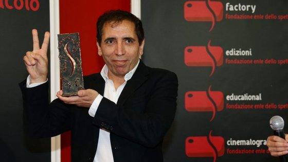 """O realizador Mohsen Makmalbaf vive em exílio em Londres e """"roubou"""" o filme que fez no Irão em 1990"""