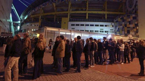 Depois das longas filas durante o dia, houve dezenas e dezenas de associados que deram os parabéns a Bruno de Carvalho