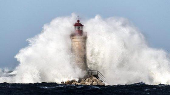 O Instituto Português do Mar e da Atmosfera (IPMA) prevê para esta segunda-feira na costa ocidental ondas de noroeste com 3 a 4 metros