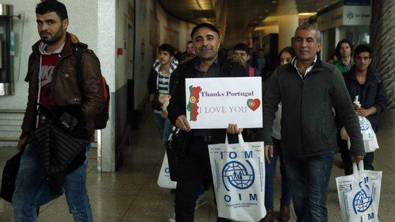 """Saman Ali, 34 anos, vem logo na frente, com um cartaz onde pode ler-se """"Obrigado Portugal. Amo-te"""")"""