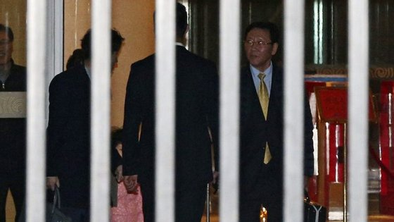 Kim Jong-nam, meio-irmão do líder da Coreia do Norte, Kim Jong-un, foi assassinado, a 13 de fevereiro, por duas mulheres que, segundo as autoridades malaias, lançaram veneno VX contra o seu rosto