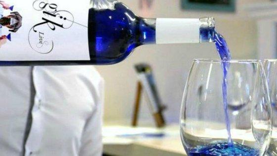 Os criadores foram obrigados a alterar a composição do vinho, formado por um corante indigo e por antocianina, um pigmento presente na pele da uva