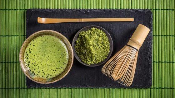 """Durante a cerimónia do chá matcha são usados utensílios tradicionais  como a """"chasen"""" (vassourinha de bambu), a """"chashaku"""" (concha de chá) e a """"chawan"""" (taça)."""