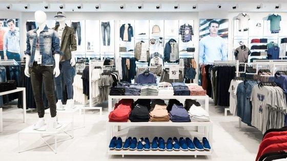 A loja inclui roupa de homem, mulher e criança.