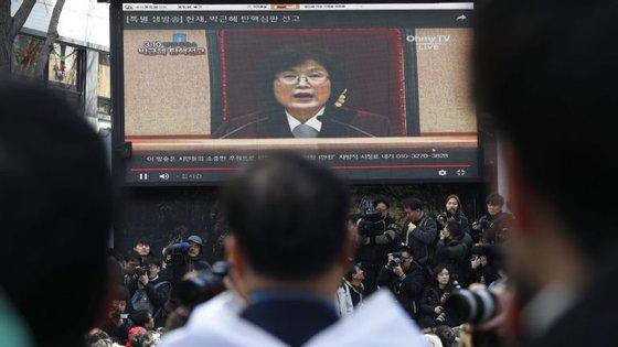 O Tribunal Constitucional ratificou esta sexta-feira, por unanimidade, a destituição da Presidente da Coreia do Sul implicada num escândalo de corrupção e tráfico de influências