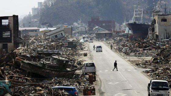 O forte terramoto de 11 de março 2011 gerou uma onda com mais de 15 metros, que causou mais de 18.000 mortos e desaparecidos