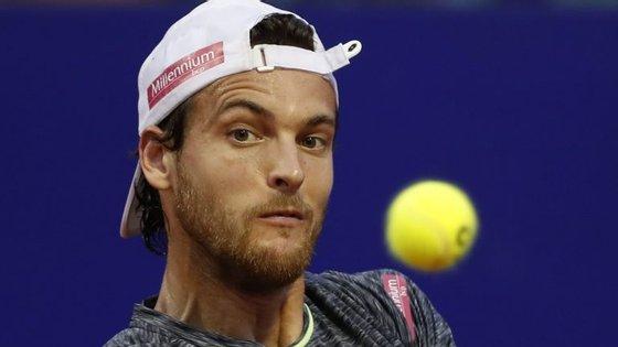 Está a ver aquela pontinha do chapéu com o símbolo da marca que patrocina o jogador? Foi um problema...