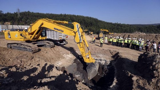 Uma escavadora procede à remoção de resíduos tóxicos da mina de São Pedro da Cova JOSÉ COELHO/LUSA