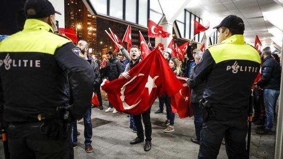 Protesto à porta do consulado turco em Roterdão. Manifestantes exigiam ver a ministra dos Assuntos Familiares turca