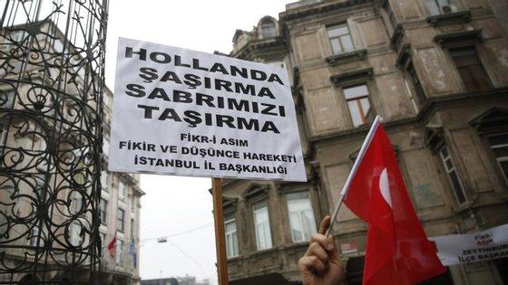 Protesto em frente ao consulado holandês em Istambul