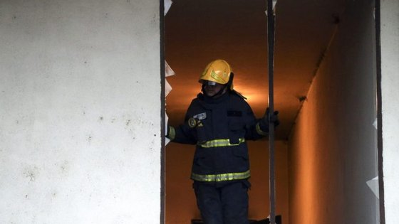 Há cinco corporações a combater o incêndio