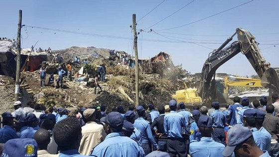 A área do deslizamento na lixeira foi examinada para encontrar mais corpos.