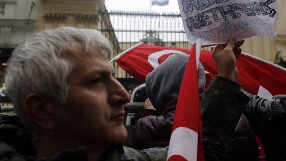 O protesto iniciou-se no final da tarde e após um progressivo aumento da tensão uma equipa especial das forças policiais utilizou canhões de água para dispersar os manifestantes