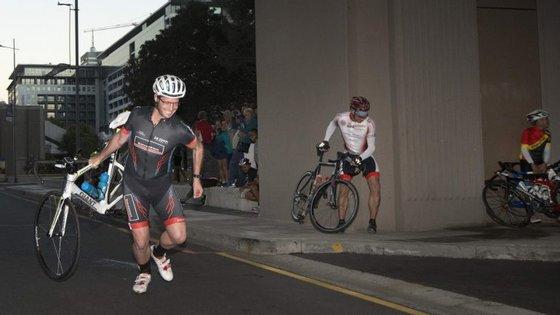 Nesta imagem, um ciclista viu-se obrigado a transportar a sua própria bicicleta, devido ao vento forte
