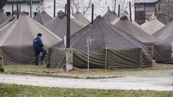 """A nova lei prevê que os migrantes sejam colocados numa """"zona de trânsito"""" na fronteira sérvia e croata"""