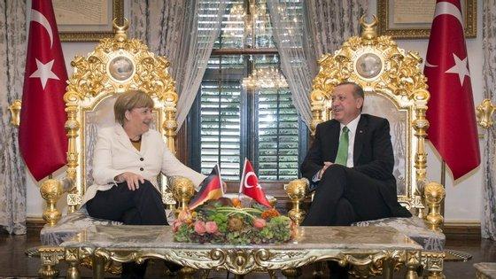As relações entre Angela Merkel e Erdogan estão longe dos dias em que os dois eram só sorrisos (como em 2015 na visita oficial da chanceler à Turquia)
