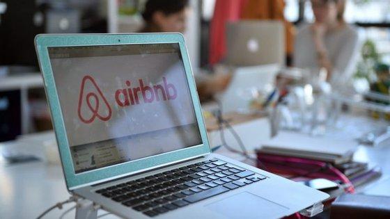 Serviços como o da plataforma online de alojamento Airbnb constituem um novo modelo chamado economia colaborativa, baseado na partilha de bens e serviços