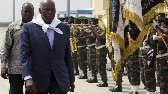 A crise política instalou-se naquele país vizinho de Angola, com uma vasta fronteira comum, com a decisão do tribunal, de adiar as eleições para finais de 2017