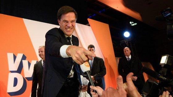 O VVD, de Mark Rutte, conseguiu a sua terceira vitória eleitoral consecutiva — mas perdeu cerca de 25% dos seus deputados