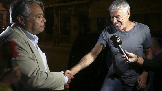 José Sócrates com o seu advogado, João Araújo, a 4 de setembro de 2015, na noite em que foi libertado do Estabelecimento Prisional de Évora
