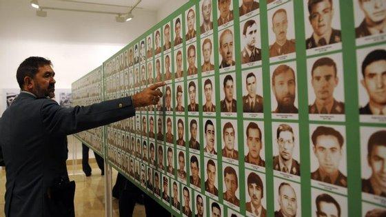 Um guarda civil aponta para uma imagem com fotografias de vítimas da ETA