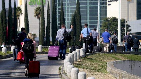 O plenário decorre entre as 06h00 e as 08h00, horário em que chegam e partem a maior parte dos voos internacionais