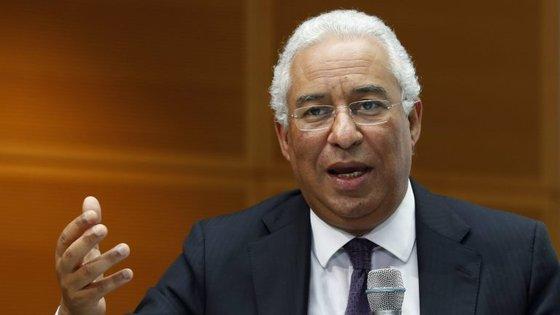 António Costa falava aos jornalistas no final de uma reunião com representantes de ordens profissionais