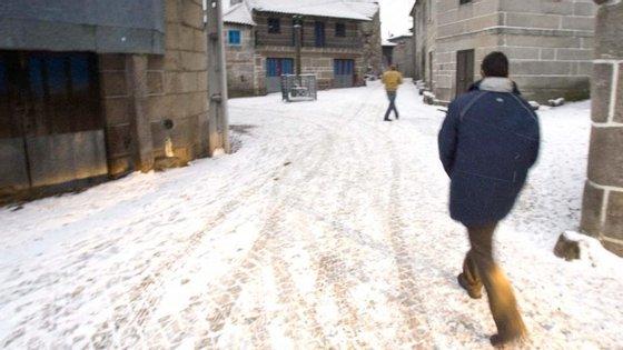 Foram mobilizados vários meios da proteção civil para as operações de limpeza das vias e espalhamento de sal no terreno