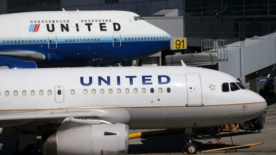 A companhia aérea norte americana está envolta em polémica depois de o caso ter sido divulgado nas redes sociais