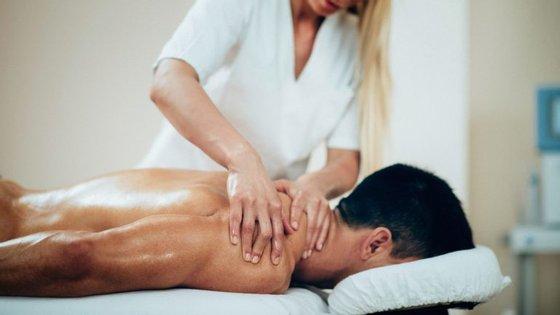 A massagem desportiva contribui para a reparação dos tecidos musculares.