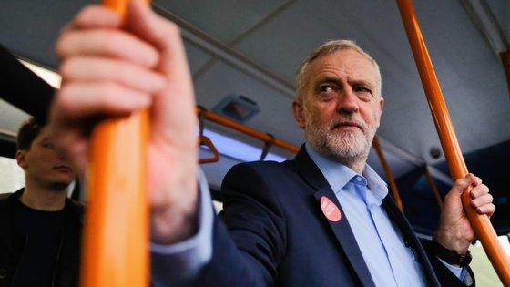 """Líder da oposição trabalhista, Jeremy Corbyn, sempre foi considerado um """"outsider"""" mas está a ficar """"demasiado fora"""" da possibilidade de vir a governar"""