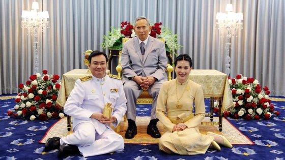 Pathorn Srikaranonda de Sequeira, à esquerda, com o rei da Tailândia, Bhumibol Adulyadej, ao centro