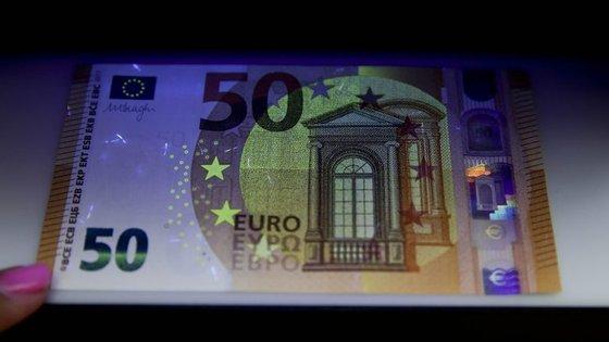 A nova nota cor de laranja vai circular ao mesmo tempo da atual nota do mesmo valor, não sendo necessária qualquer deslocação a um banco para fazer a troca das notas antigas