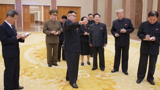 Com 394 votos a favor e apenas um contra, a Câmara Baixa adotou este pedido que chegou semanas depois de Pyongyang ter realizado testes para 'rockets' intercontinentais e de mísseis