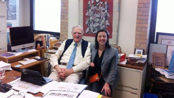A investigadora portuguesa Maria Helena Braga com o engenheiro e professor universitário de 94 anos John Goodenough, co-inventor dos acumuladores de iões de lítio