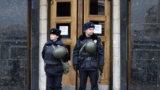 Polícia russa à entrada de uma estação de metro em São Petersburgo