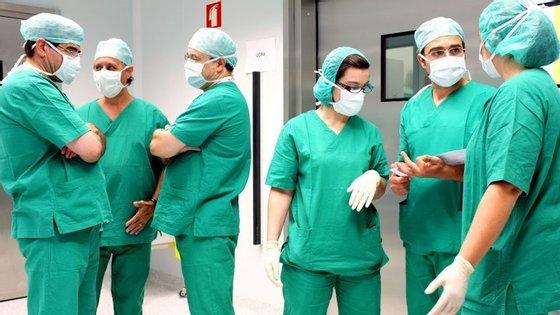 De acordo com o INE, dos 225 hospitais que, em 2015, existiam em Portugal, 114 pertenciam aos serviços oficiais de saúde e 111 eram privados