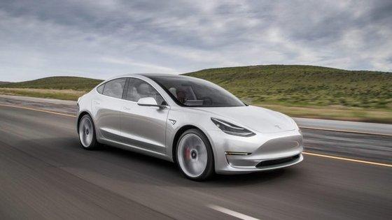 As fotos do Model 3 divulgadas por outros órgãos de comunicação levam a crer que serão muito poucas as diferenças entre o protótipo e a versão de produção do mais acessível dos Tesla