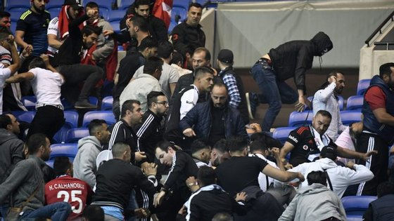 Número de adeptos turcos, entre os 15.000 e os 20.000, pode ter surpreendido as próprias autoridades