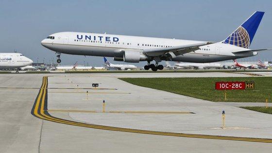 O passageiro David Dao, expulso de forma violenta há uma semana de um voo da United Airlines, responsabiliza a transportadora pelos ferimentos sofridos durante o incidente