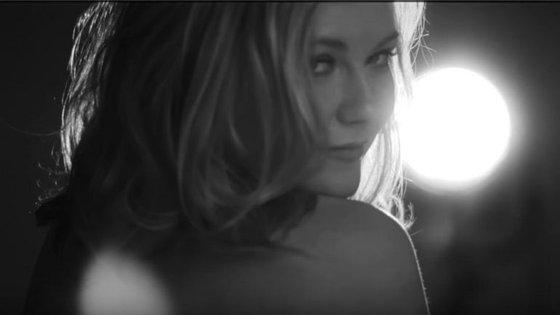 A atriz Kirsten Dunst é uma das retratadas a preto e branco.
