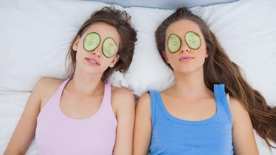 Se tem todo o tempo do mundo, até as máscaras são bem vindas. Pode usá-las enquanto vê uma série, a não ser que tapem os olhos.