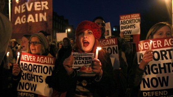 Protestos na Irlanda depois da morte de uma dentista indiana a quem foi negado um aborto
